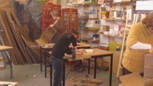 Photo d'un artisan de Ça cartonne en pleine réparation